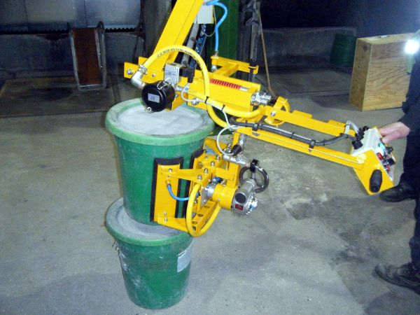 Drum vacuum lifting head with load compensation